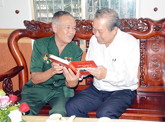 Phó Thủ tướng Trương Hòa Bình thăm, tặng quà cho gia đình chính sách - 2