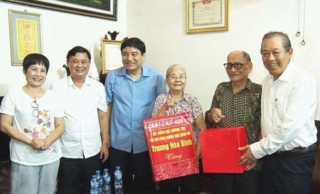 Phó Thủ tướng Trương Hòa Bình thăm, tặng quà cho gia đình chính sách