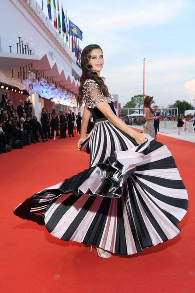 Sara Sampaio diện váy lạ mắt dự công chiếu phim - 1