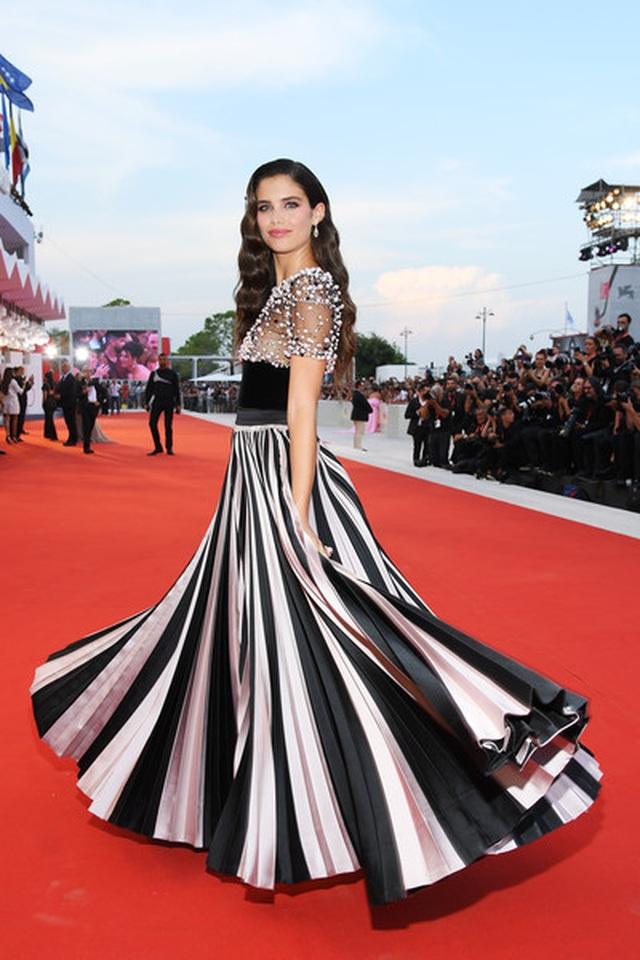 Sara Sampaio diện váy lạ mắt dự công chiếu phim - 4