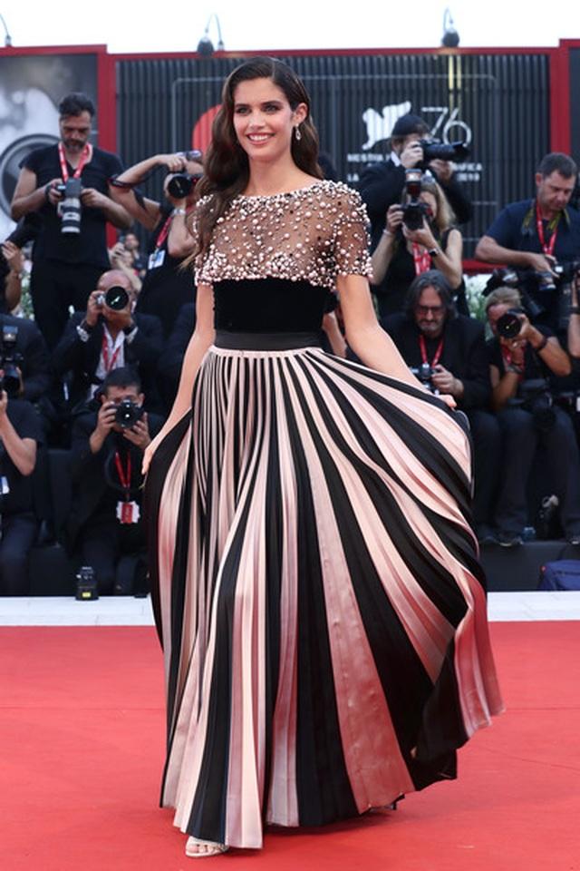 Sara Sampaio diện váy lạ mắt dự công chiếu phim - 7