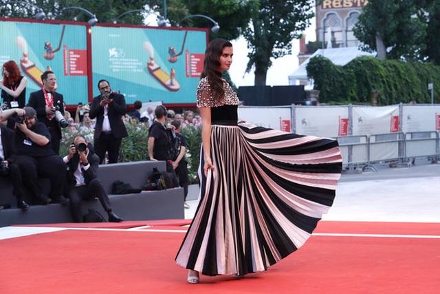 Sara Sampaio diện váy lạ mắt dự công chiếu phim - 8