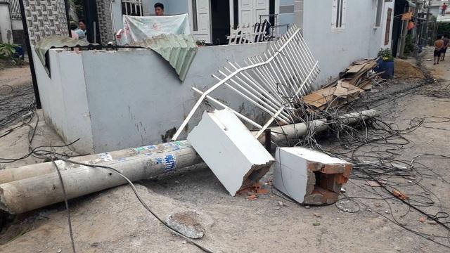 Xe tải tông đổ 4 cột điện, hàng trăm hộ dân mất điện - 1