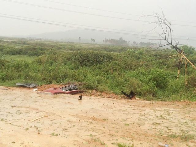 Huyndai Elantra lật nghiêng, cháy trụi bên quốc lộ, không thấy chủ xe - 1