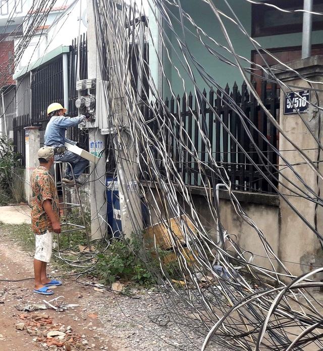 Xe tải tông đổ 4 cột điện, hàng trăm hộ dân mất điện - 2