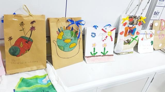 Học sinh cấp 1 làm hàng trăm túi giấy để bảo vệ môi trường - 3