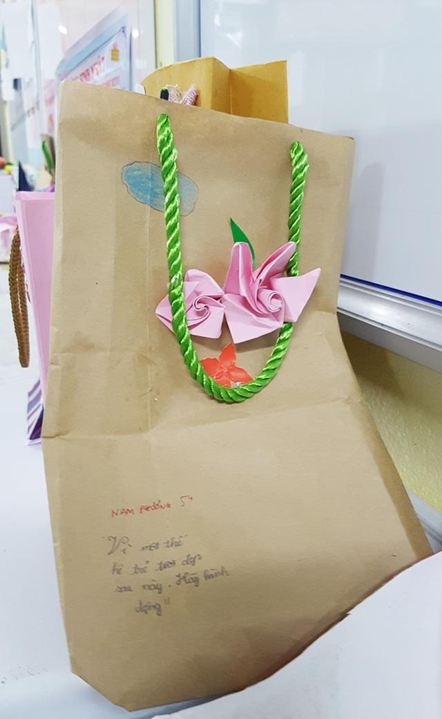 Học sinh cấp 1 làm hàng trăm túi giấy để bảo vệ môi trường - 8