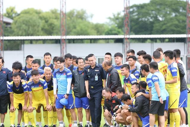HLV Park Hang Seo bất ngờ gặp lại huyền thoại bóng đá Thái Lan - Ảnh minh hoạ 2