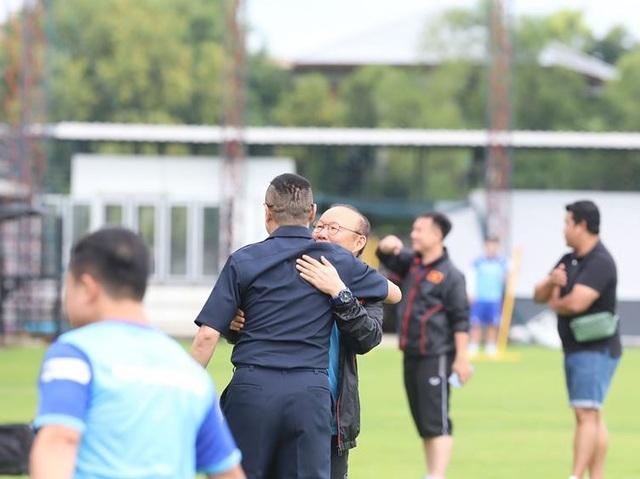 HLV Park Hang Seo bất ngờ gặp lại huyền thoại bóng đá Thái Lan