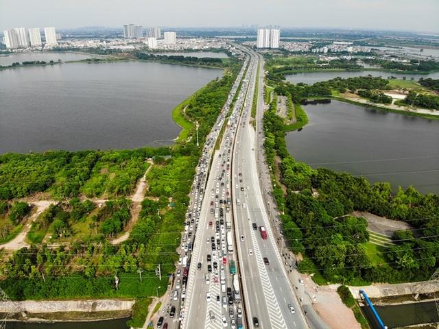 Cảnh đoàn xe ùn tắc hàng km ở cửa ngõ phía Nam Hà Nội - 1