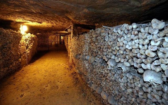 Rợn người bước xuống hầm mộ chứa gần 7 triệu bộ hài cốt - 2