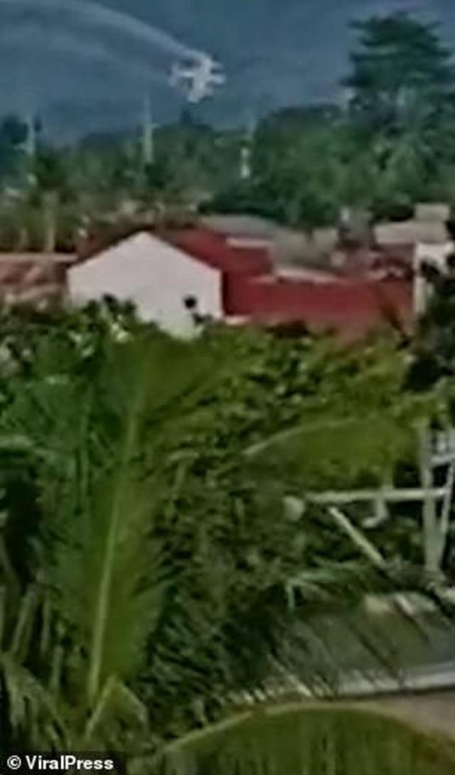 Khoảnh khắc máy bay cứu thương Philippines đâm vào khách sạn làm 9 người chết - 2