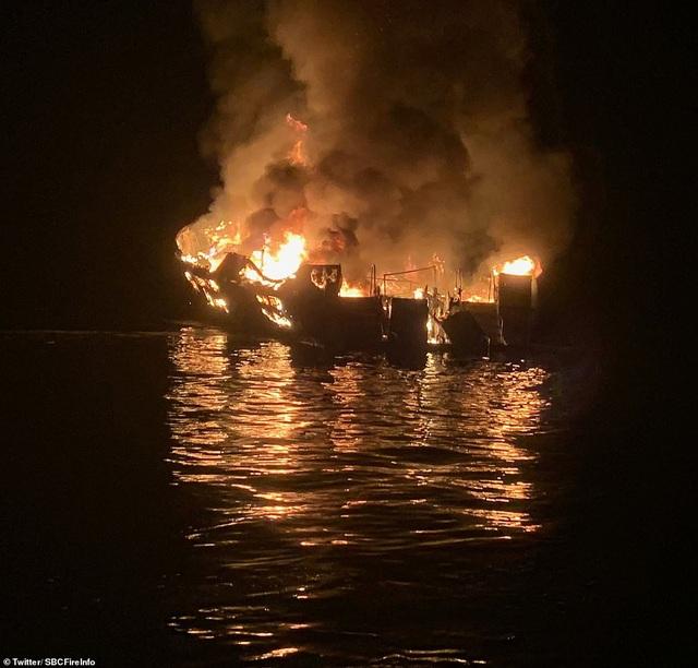 Hỏa hoạn kinh hoàng trên tàu lặn Mỹ: 25 người chết, 9 người vẫn mắc kẹt - 1