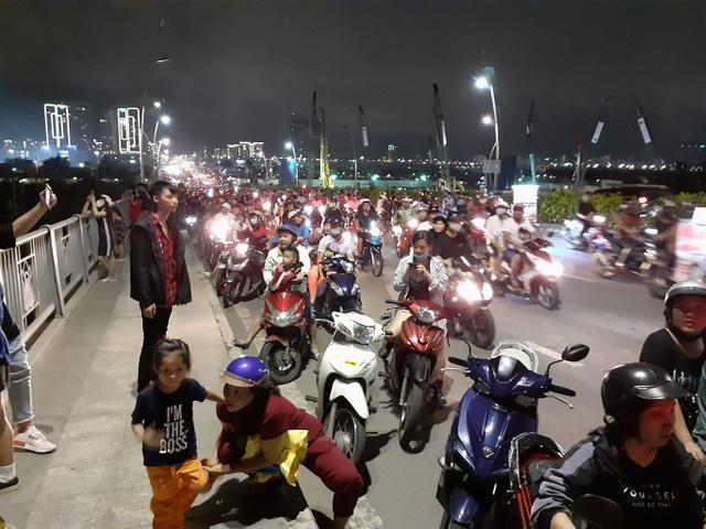 Người dân TPHCM mãn nhãn với màn pháo hoa ngày Quốc khánh - 2