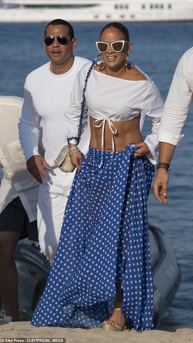 Jennifer Lopez diện váy xẻ táo bạo đi dự tiệc sinh nhật - 7