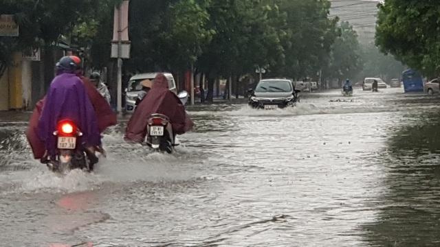 Thành phố Vinh thất thủ vì mưa lớn kéo dài nhiều ngày - 9