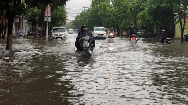 Thành phố Vinh thất thủ vì mưa lớn kéo dài nhiều ngày - 12