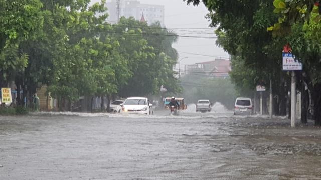 Thành phố Vinh thất thủ vì mưa lớn kéo dài nhiều ngày - 1