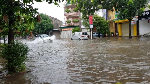 Thành phố Vinh thất thủ vì mưa lớn kéo dài nhiều ngày - 10
