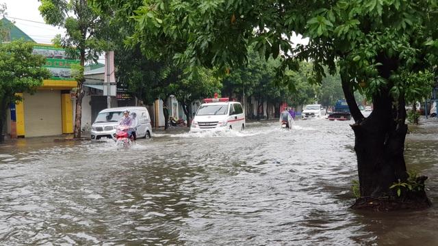 Thành phố Vinh thất thủ vì mưa lớn kéo dài nhiều ngày - 11