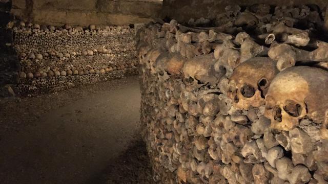 Rợn người bước xuống hầm mộ chứa gần 7 triệu bộ hài cốt - 4