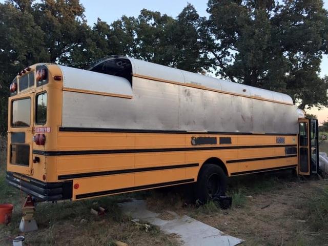 Người đàn ông biến một chiếc xe buýt cũ chỉ 2.200 USD thành một ngôi nhà nhỏ tuyệt đẹp - 2