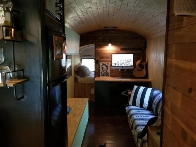 Người đàn ông biến một chiếc xe buýt cũ chỉ 2.200 USD thành một ngôi nhà nhỏ tuyệt đẹp - 5