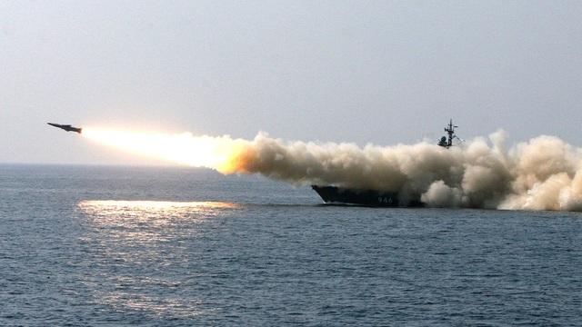 """Đội tàu chiến, máy bay Nga nã """"mưa"""" tên lửa tại vùng Viễn Đông"""
