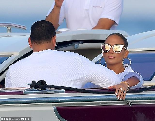 Jennifer Lopez diện váy xẻ táo bạo đi dự tiệc sinh nhật - 4