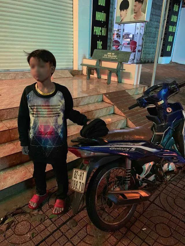 Bé trai 13 tuổi tự chạy xe máy gần 300 km được xe CSGT đưa về tận nhà - 1