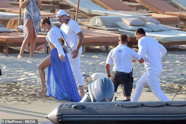 Jennifer Lopez diện váy xẻ táo bạo đi dự tiệc sinh nhật - 1