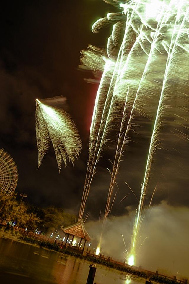 Người dân TPHCM mãn nhãn với màn pháo hoa ngày Quốc khánh - 8