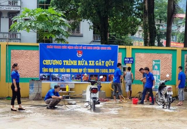 Nam thanh, nữ tú rửa xe gây quỹ mua quà Trung thu cho trẻ em nghèo - 2