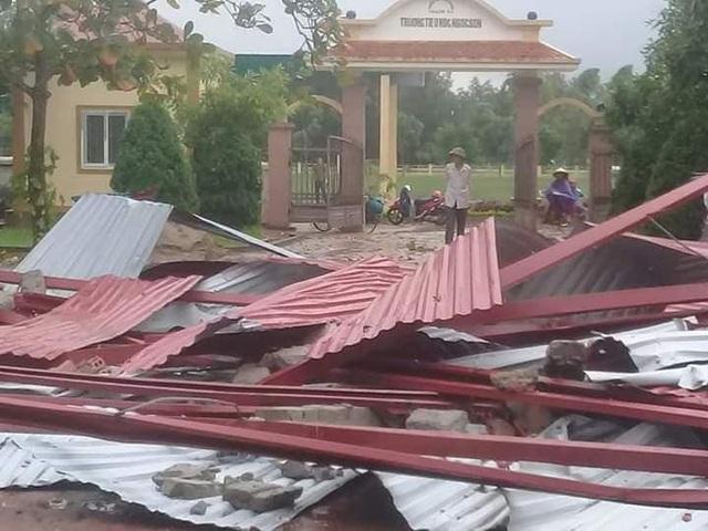 Hà Tĩnh: Trường học bị lốc xoáy quật tốc mái ngay trước ngày khai giảng - 1