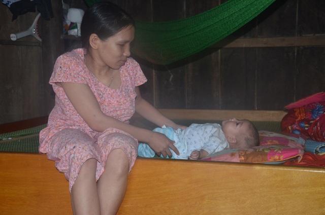 Bạn đọc giúp đỡ người mẹ lưng gù... gần 90 triệu đồng để nuôi con bạo bệnh - 1