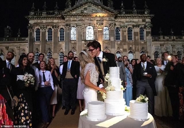 Ellie Goulding thay 4 chiếc váy trong ngày cưới - 1