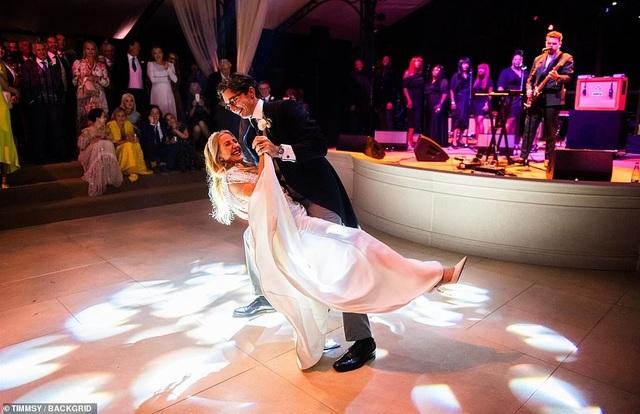 Ellie Goulding thay 4 chiếc váy trong ngày cưới - 2
