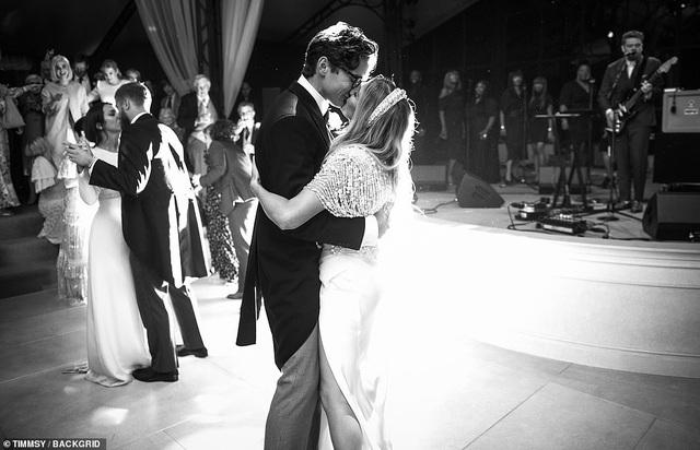 Ellie Goulding thay 4 chiếc váy trong ngày cưới - 3
