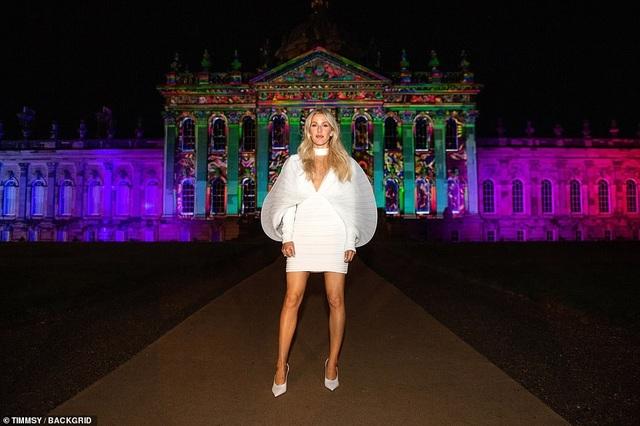 Ellie Goulding thay 4 chiếc váy trong ngày cưới - 6