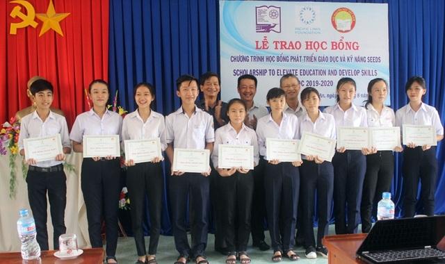 Trao 72 suất học bổng trị giá 1,3 tỷ đồng đến HS, SV nghèo hiếu học ở Phú Yên - 1