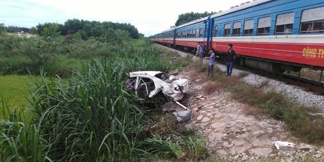 Ô tô bị tàu hỏa tông văng hàng chục mét, tài xế trọng thương - 1