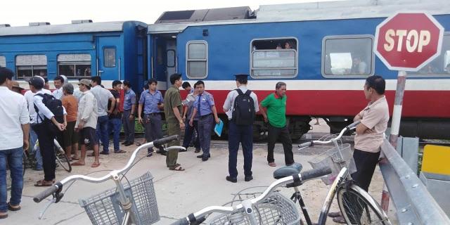 Ô tô bị tàu hỏa tông văng hàng chục mét, tài xế trọng thương - 3