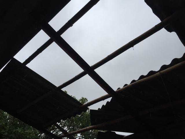 Đường ngập sâu, nhà dân tốc mái vì mưa lốc - 7