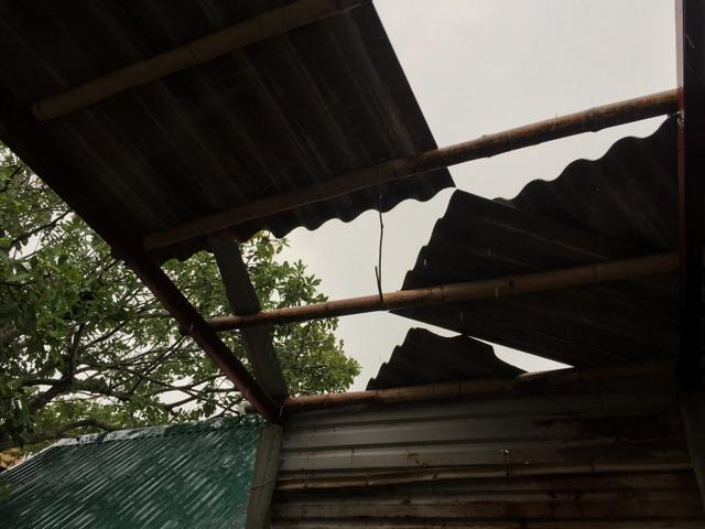 Đường ngập sâu, nhà dân tốc mái vì mưa lốc - 5