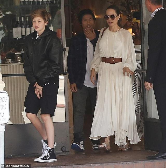 Angelina Jolie đưa ba đứa con đi ăn trưa - 4