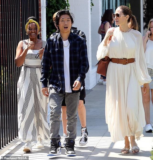 Angelina Jolie đưa ba đứa con đi ăn trưa - 3