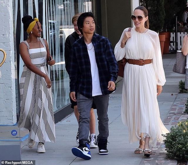 Angelina Jolie đưa ba đứa con đi ăn trưa - 5