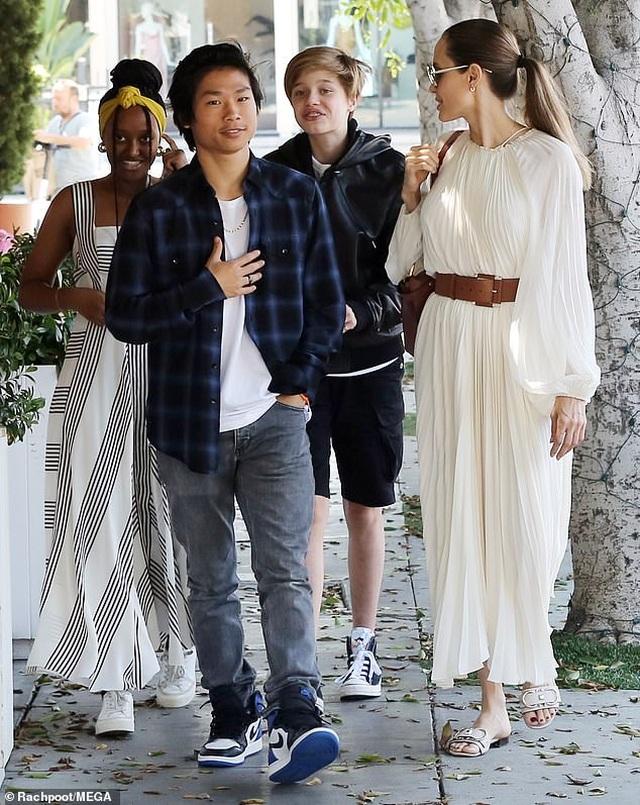 Angelina Jolie đưa ba đứa con đi ăn trưa - 2