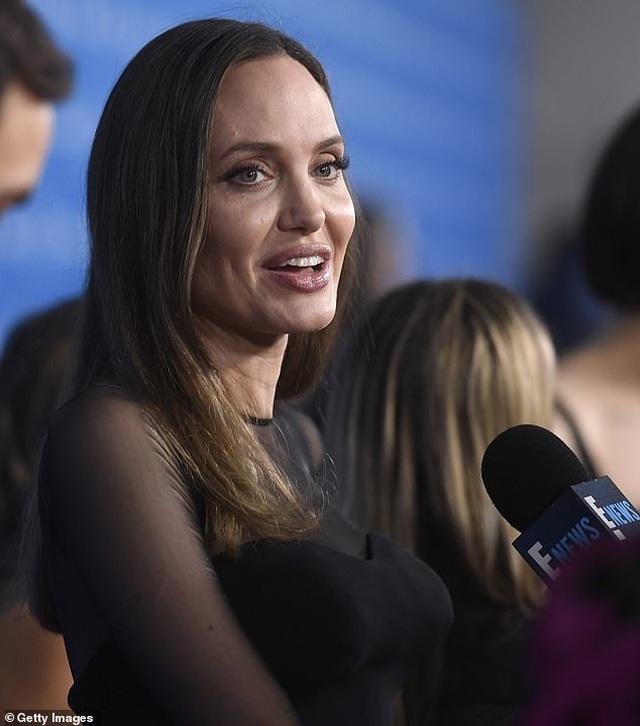 Angelina Jolie đưa ba đứa con đi ăn trưa - 9