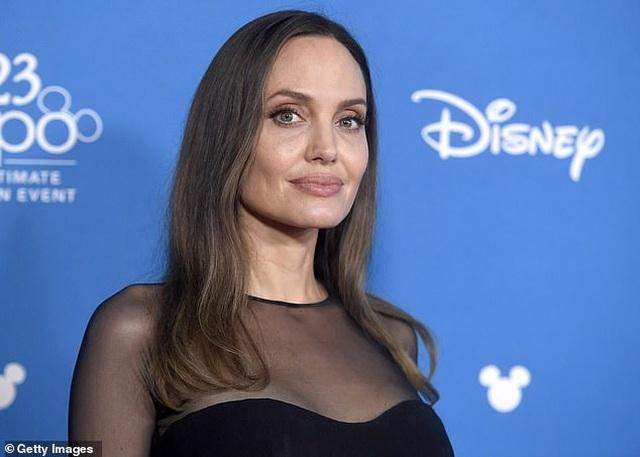 Angelina Jolie đưa ba đứa con đi ăn trưa - 10